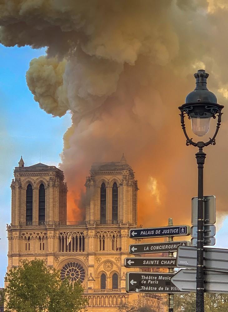 קתדרלת נוטראדם: קתדרלת נוטראדם עולה באש