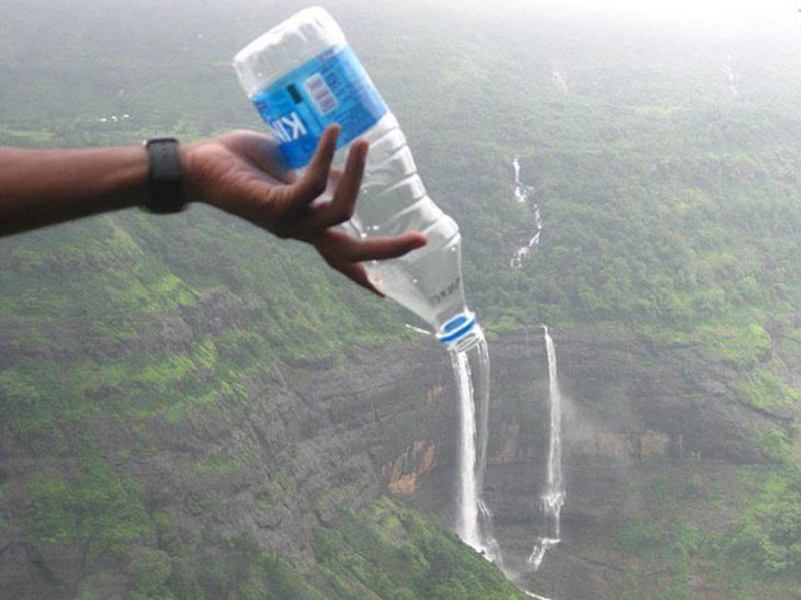 תמונות ברגע הנכון: בקבוק מים שנראה כאילו מפל נובע ממנו