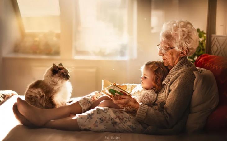מצגת לסבא וסבתא: סבתא ונכדה קוראות ספר במיטה