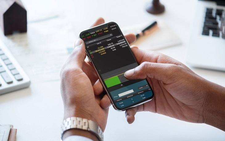 מסחר בבורסה: בדיקת נתוני מניות בטלפון סלולרי