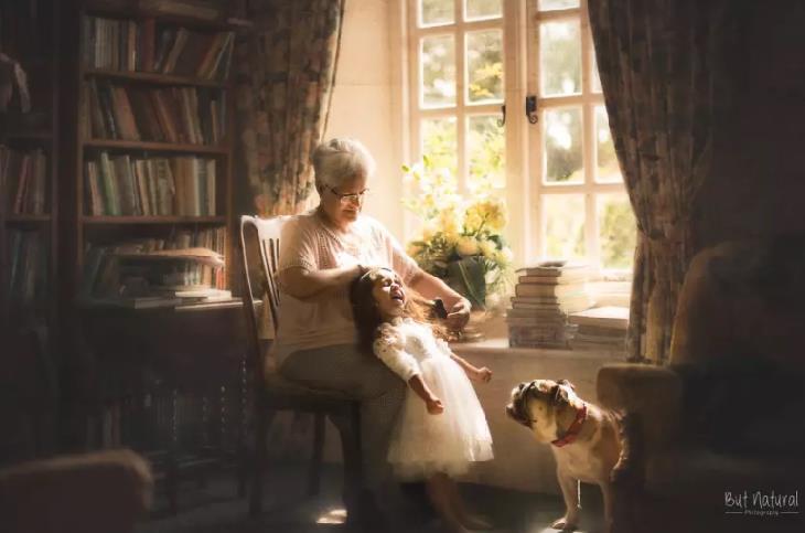 מצגת לסבא וסבתא: סבתא מסרקת נכדה