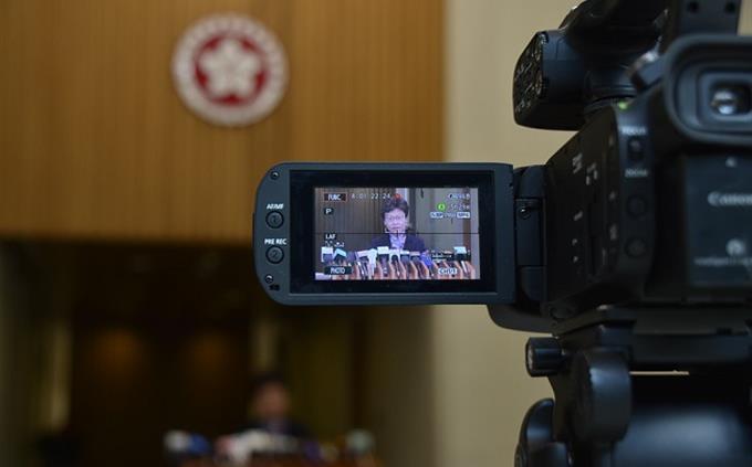 מבחן ידע כללי: פוליטקאית משתקפת במסך של מצלמה