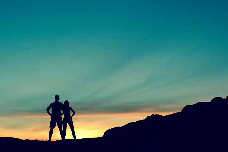 שינויים שזוגות צריכים לעשות: צלליות של זוג עומד על פסגת הר