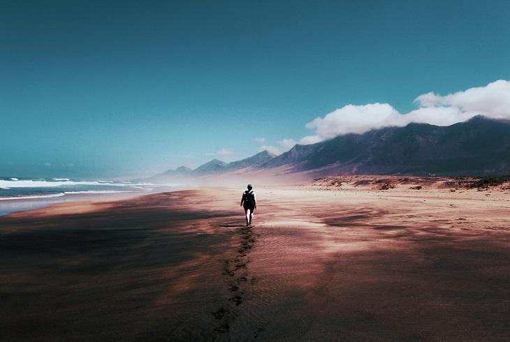 התמודדות עם תקופה קשה: אישה הולכת במסע