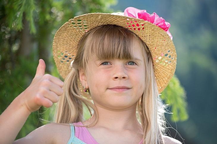 התמודדות עם תקופה קשה: ילדה מרימה אגודל