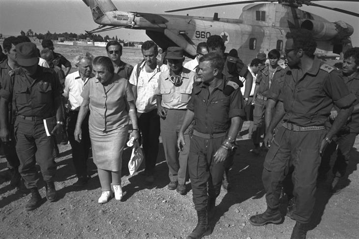 תמונות ארכיון ממלחמות ישראל: גולדה מאיר, משה דיין וישראל גלילי