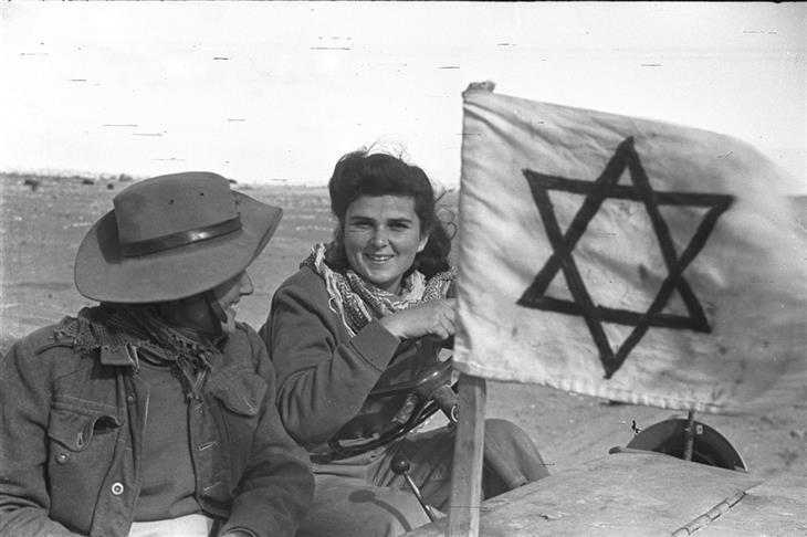 תמונות ארכיון ממלחמות ישראל: חיילות ישראליות ברכב עם סימן מגן דוד עליו
