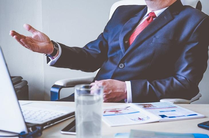בעל תומך: איש בחליפה יושב ליד שולחן עבודה
