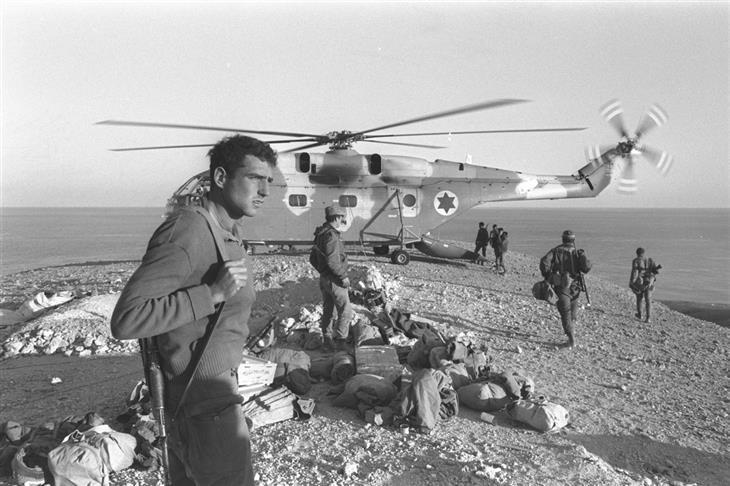 תמונות ארכיון ממלחמות ישראל: חיילים עומדים לצד מסוק