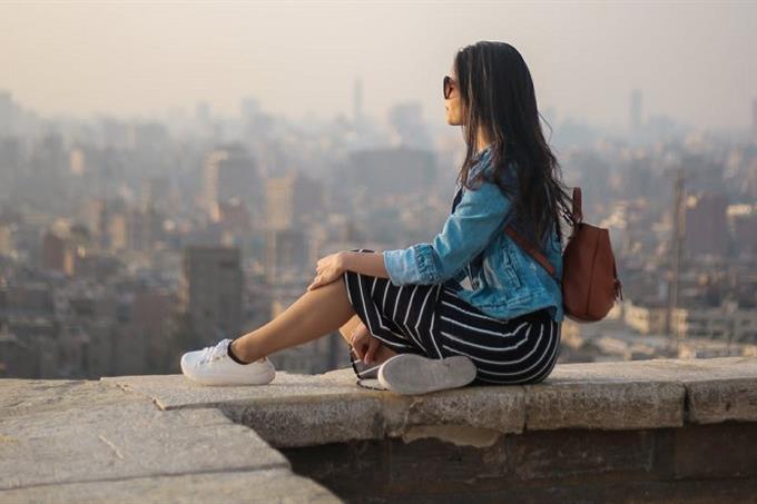 מבחן אישיות לשיפור החיים: אישה משקיפה למרחק