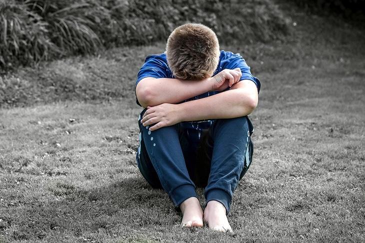 השפעות של פעילות גופנית: ילד מדוכא