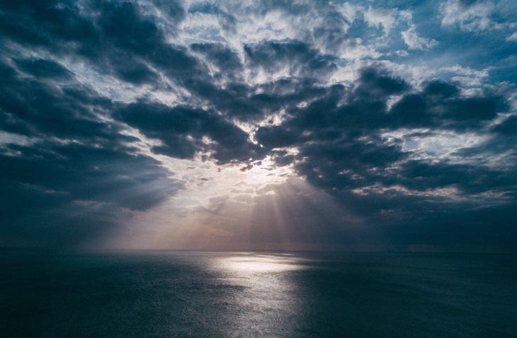 תכשירי הגנה: שמש מבעד לעננים מעל לים