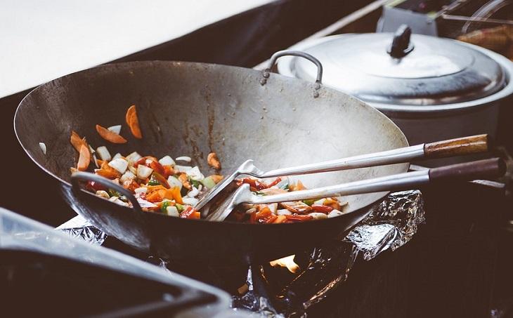 טעויות בישול: מחבת עם אוכל בכמות מתאימה