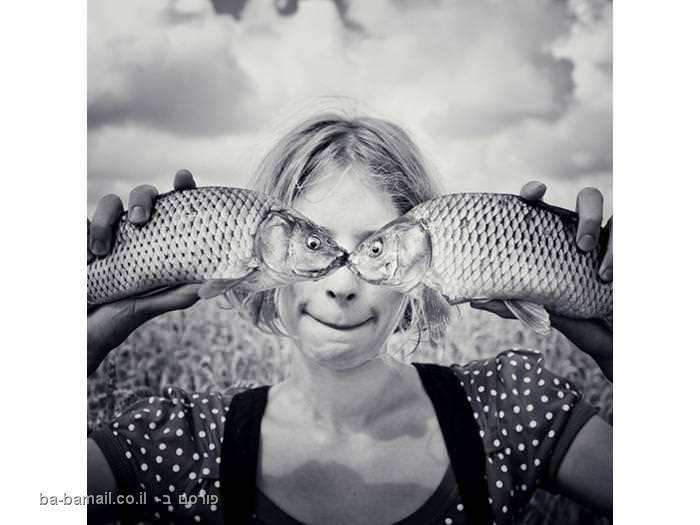 אישה מחזיקה דגים