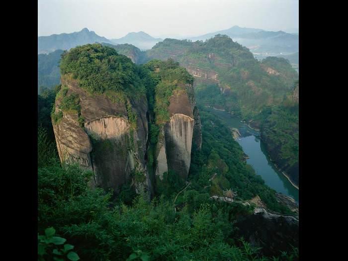 עצים, מפלים והגובה בעננים - ההר הצהוב בסין