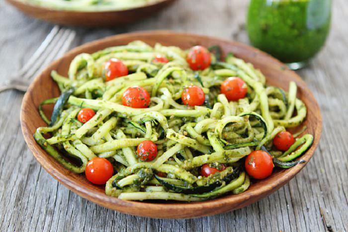 מתכון לפסטה מזוקיני ברוטב פסטו ועגבניות שרי