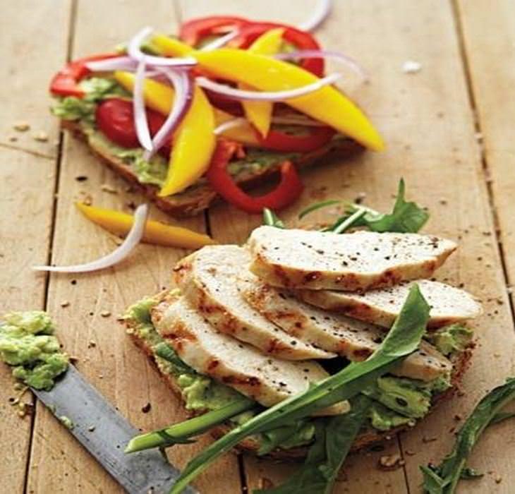מתכון לסנדוויץ חזה עוף עם מנגו, פלפלים ואבוקדו