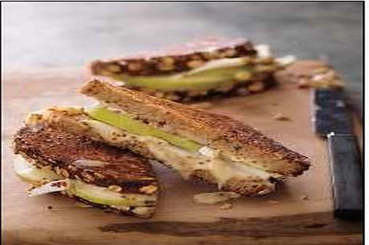 מתכון לסנדוויץ צלוי של גבינת ברי עם אגסים וחרדל