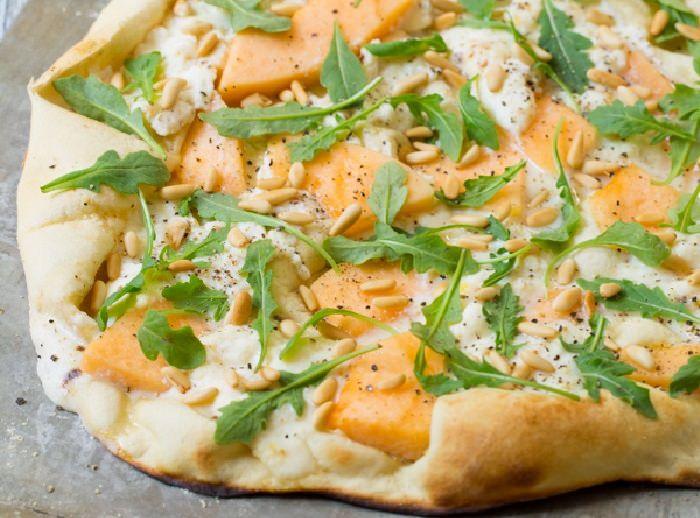 מתכון לפיצה עם פרוסות מלון, גבינת ריקוטה וצנוברים