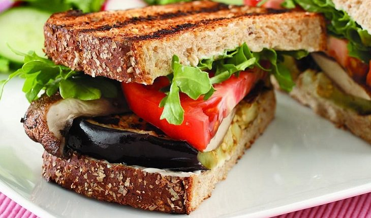 מתכון לסנדוויץ' חצילים ופורטובלו צלויים בתנור