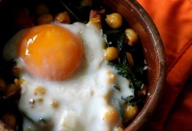 מתכון לנקניק מתובל עם קייל, חומוס וביצה אפויה