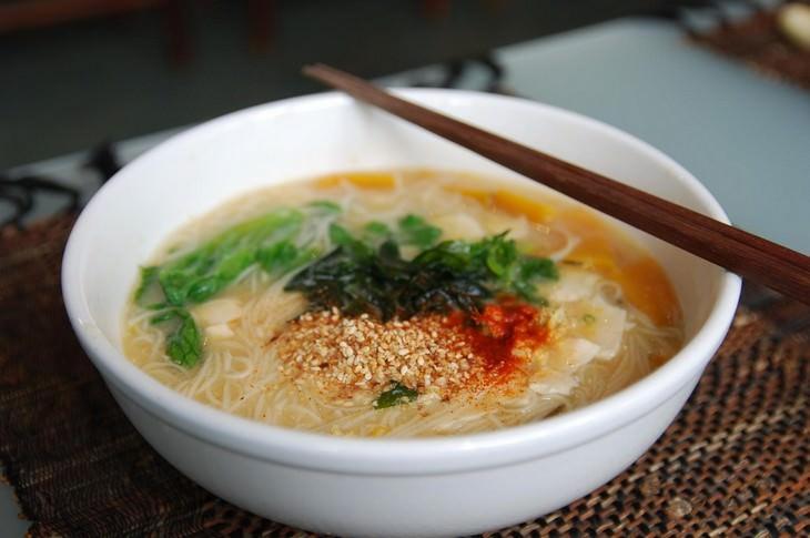 מתכון למרק מיסו יפני עם אטריות