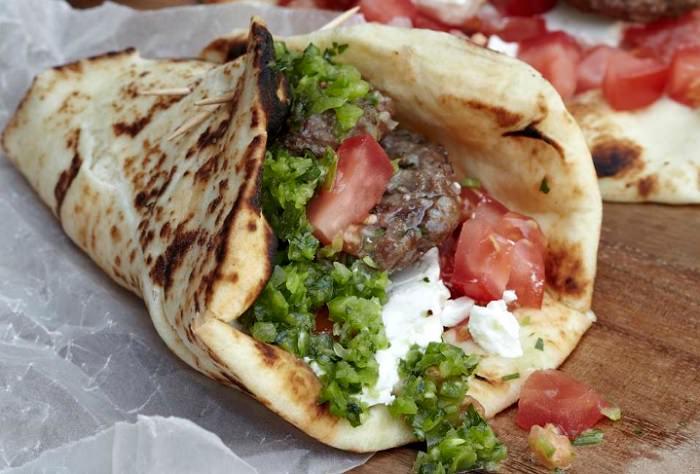 מתכון להמבורגר כבש עם אריסה ירוקה בסגנון תוניסאי