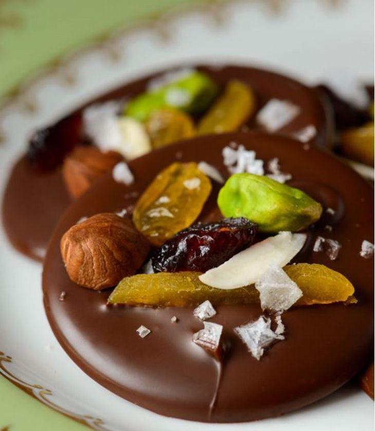 מתכון לקינוח מטבעות שוקולד עם פירות מיובשים