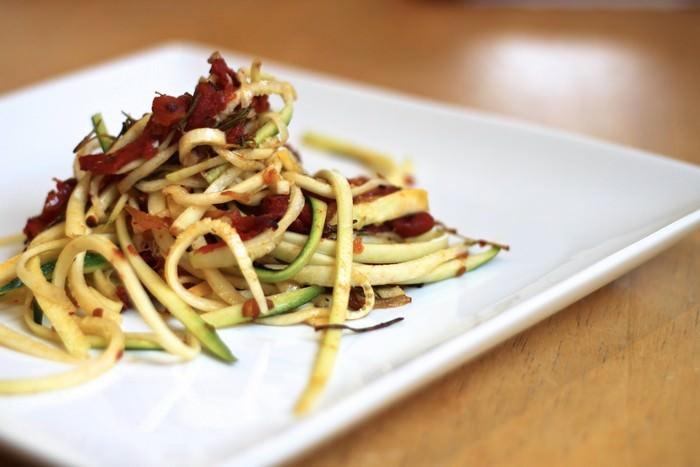 מתכון קל לספגטי מרצועות זוקיני עם עגבניות ורוזמרין