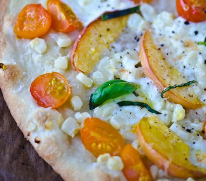 מתכון לפיצה עם אפרסקים, מוצרלה ועגבניות שרי