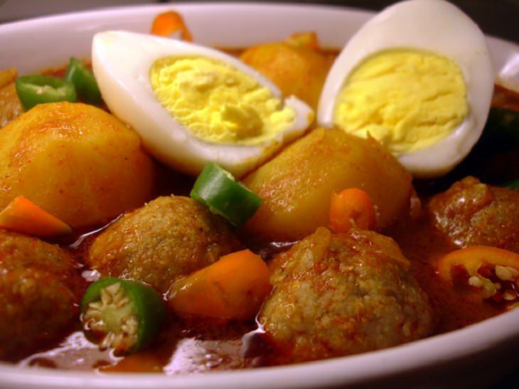 מתכון לכדורי בצק מבושלים עם בשר ורוטב אדום  – בָּזִין