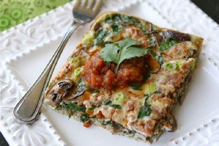 מתכון בריא לביצה אפויה עם פטריות, תרד וסלסה