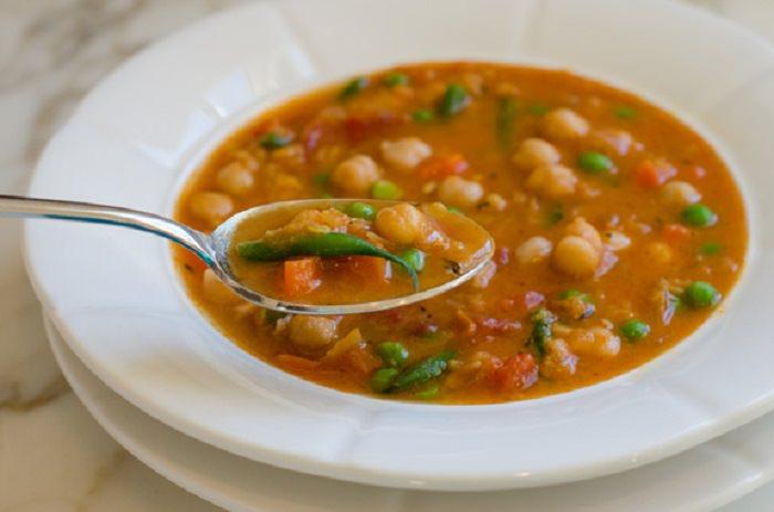 מתכון למרק ירקות עם עדשים אדומות וחומוס
