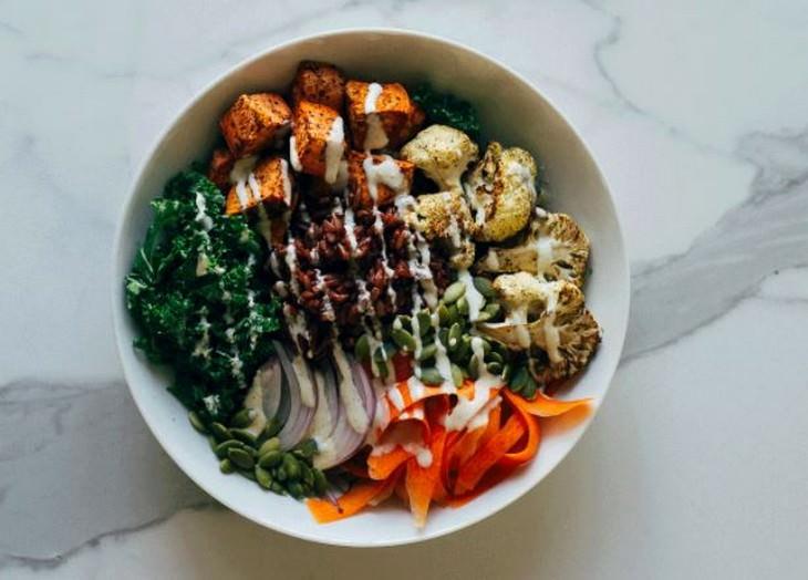 מתכון לסלט ירקות חם עם רוטב טחינה-ג'ינג'ר