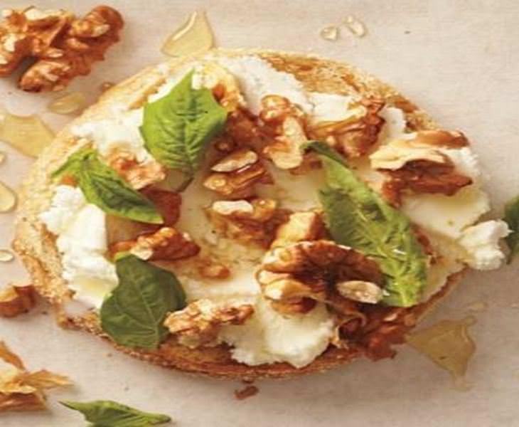 מתכון לסנדוויץ גבינת עיזים, אגוזים ודבש
