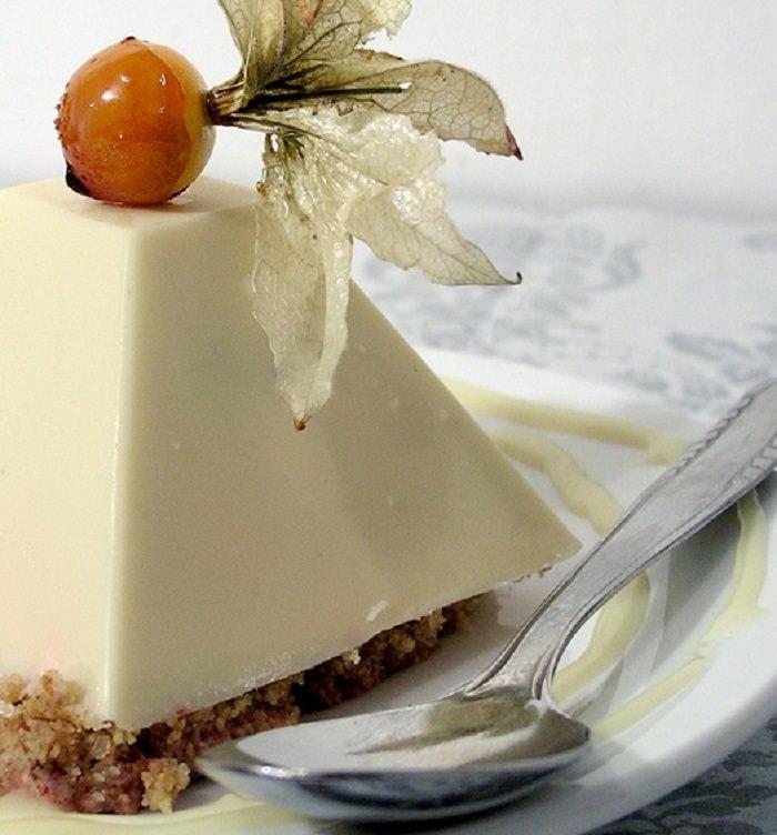 מתכון לשוקולד לבן בצורת פירמידות, במילוי קרם תותים של ענבל