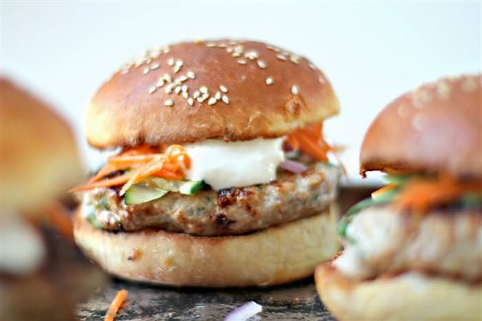 מתכון להמבורגר עוף יפני עם סלט גזר