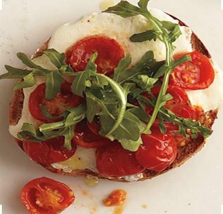 מתכון לפיצה-כריך מוצרלה ועגבניות קלויות - ברוסקטה