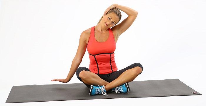 תרגילים לשחרור צוואר כואב ותפוס: שחרור צידי הצוואר בישיבה