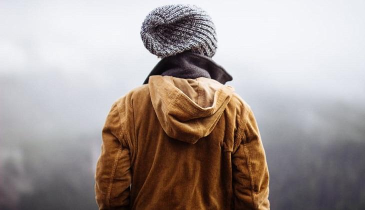 אדם לבוש עם מעיל וכובע גרב