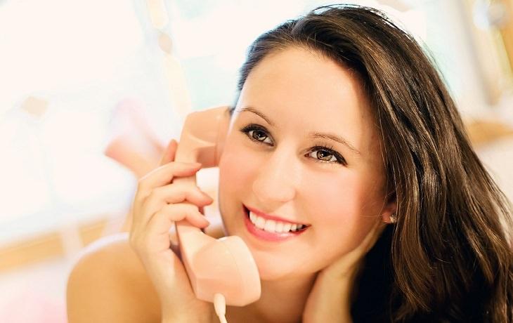 אישה מאושרת בטלפון
