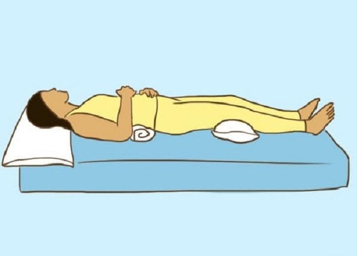 תנוחות שינה בריאות לכאבי גב: איור של אישה ישנה על הגב עם כרית תחת הגב