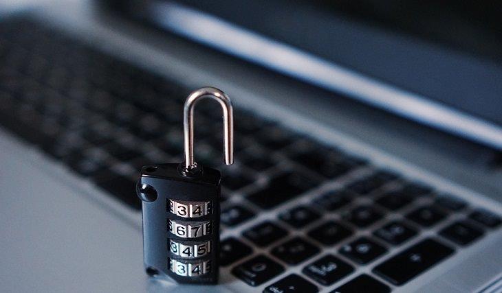 הגנה על המחשב: מנעול על מקלדת של לפטופ