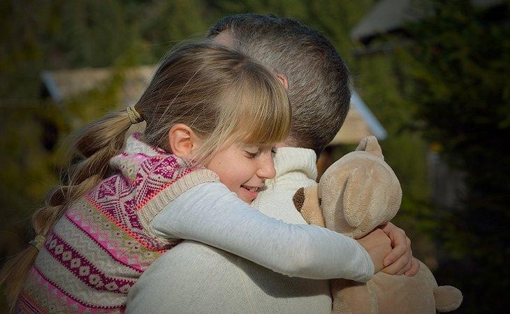 משפחות אומנה וקלט: חיבוק של אב ובת