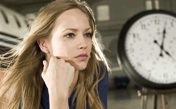 השפעות הרודיולה: אישה בוהה למרחק ומאחויה שעון