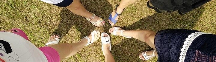 איך לחיות את הרגע ולהיות מאושרים: רגלי אנשים במעגל