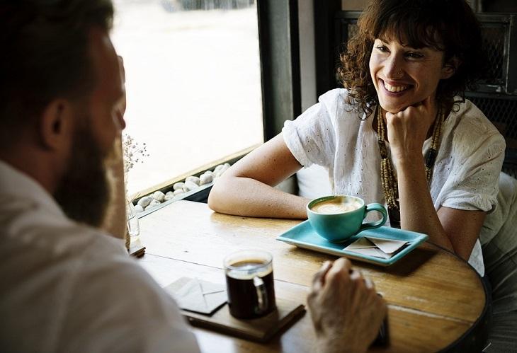 גבולות וכללים בזוגיות: זוג מדבר בבית קפה