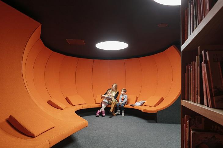 ספרייה בהלסינקי: חדר ישיבה כתום
