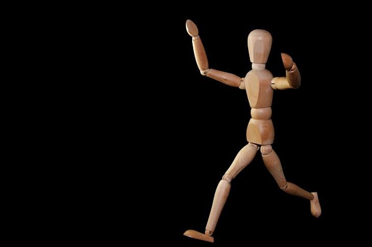 יתרונות בריאותיים של ברוקולי: בובת עץ המורכבת מחלקים שנראה כאילו היא רצה