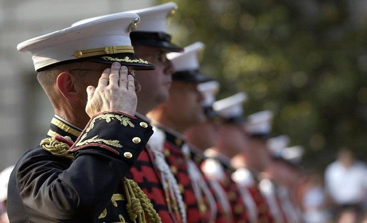 שיר משעשע על יתרונות הצבא המבוגר: שורה של חיילים מצדיעים
